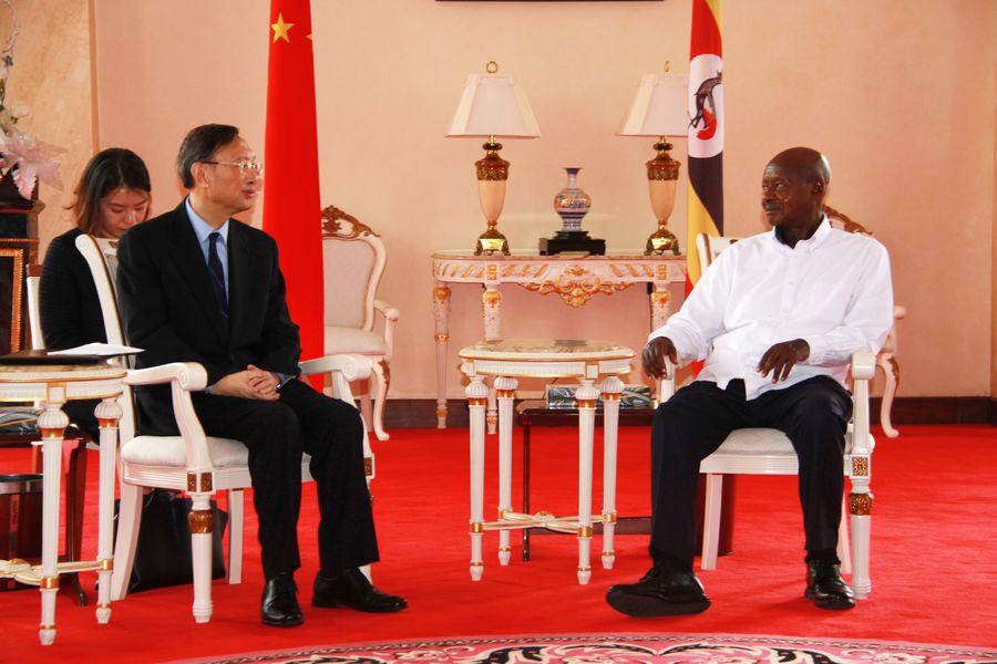 Yang Jiechi (à gauche), membre du Bureau politique du Comité central du Parti communiste chinois (PCC) et directeur du Bureau de la Commission centrale pour les affaires étrangères, rencontre le 18 décembre 2019 le président ougandais Yoweri Museveni à Entebbe, en Ouganda. (Xinhua/Zhang Gaiping)
