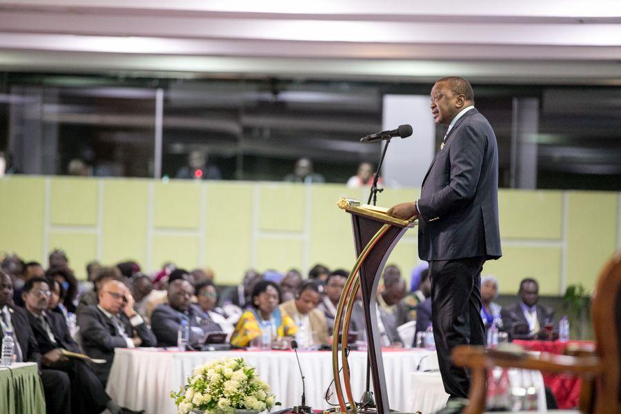 Le président kenyan Uhuru Kenyatta a prononcé une allocution inaugurale lors de la cérémonie d'ouverture du neuvième sommet des chefs d'Etat et de gouvernement des pays d'Afrique, des Caraïbes et du Pacifique (ACP), à Nairobi au Kenya. Ce sommet a pour but de discuter des voies et moyens pour mieux agir face aux défis les plus urgents tels que le terrorisme et l'insécurité, mais aussi des questions socio-économiques et culturelles. (Xinhua/Charles Onyango)