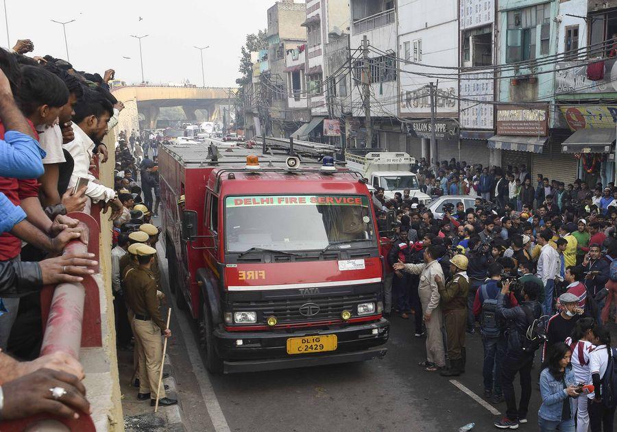 Un camion de pompiers arrive sur le site d'un incendie à New Delhi, en Inde, le 8 décembre 2019. (Str/Xinhua)