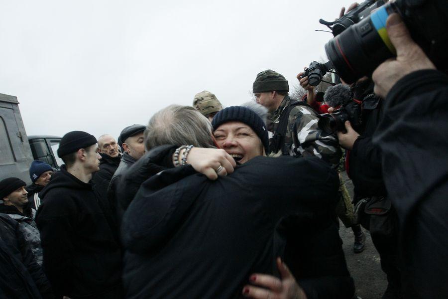 Des gens s'enlacent pendant un échange de prisonniers dans la région de Donetsk, en Ukraine, le 27 décembre 2017. (Xinhua/Alexander Ermochenko)