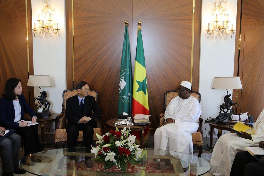 Yang Jiechi, membre du Bureau politique du Comité central du Parti communiste chinois (PCC), rencontre le président du Sénégal, Macky Sall, à Dakar, au Sénégal, le 19 décembre2019. (Xinhua/Xing Jianqiao)