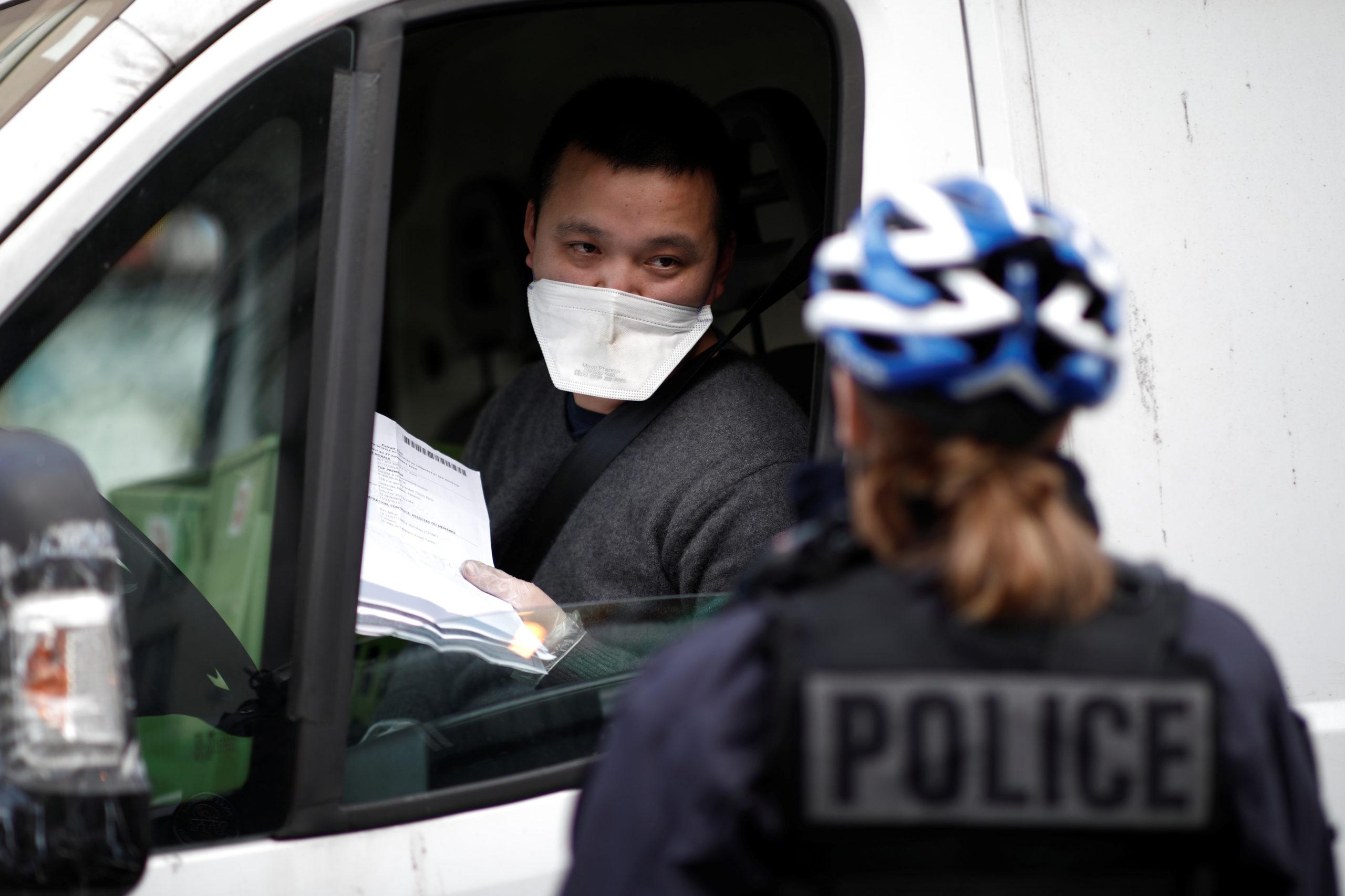 La police inflige des amendes confinement