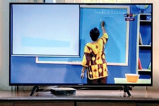 maîtresse au tableau à la télévision