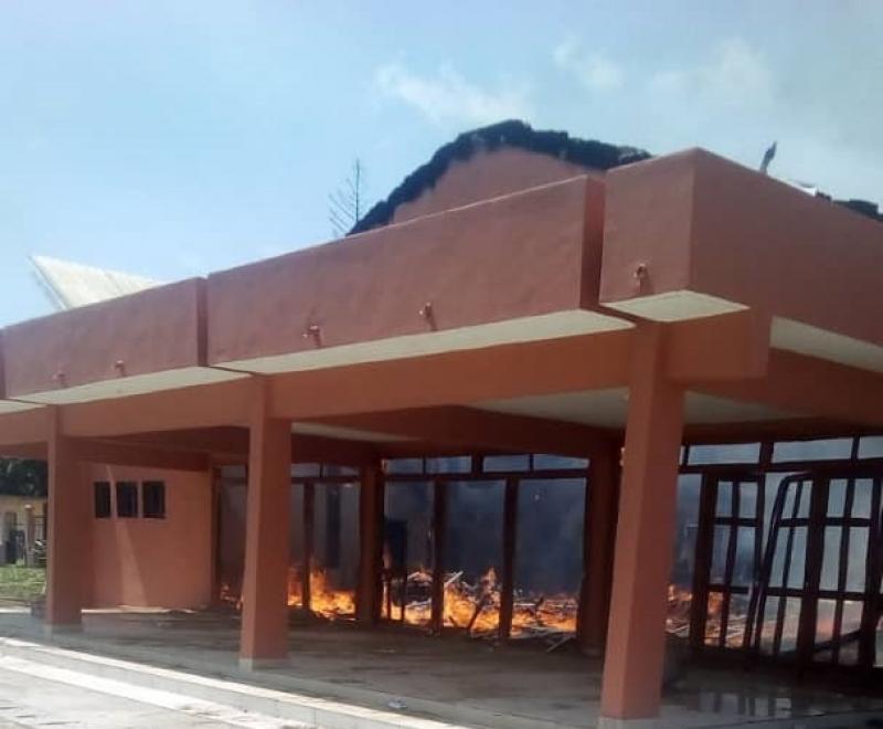 Cameroun : un nouvel hôtel de ville brûle à quelques heures de son inauguration à Monatélé