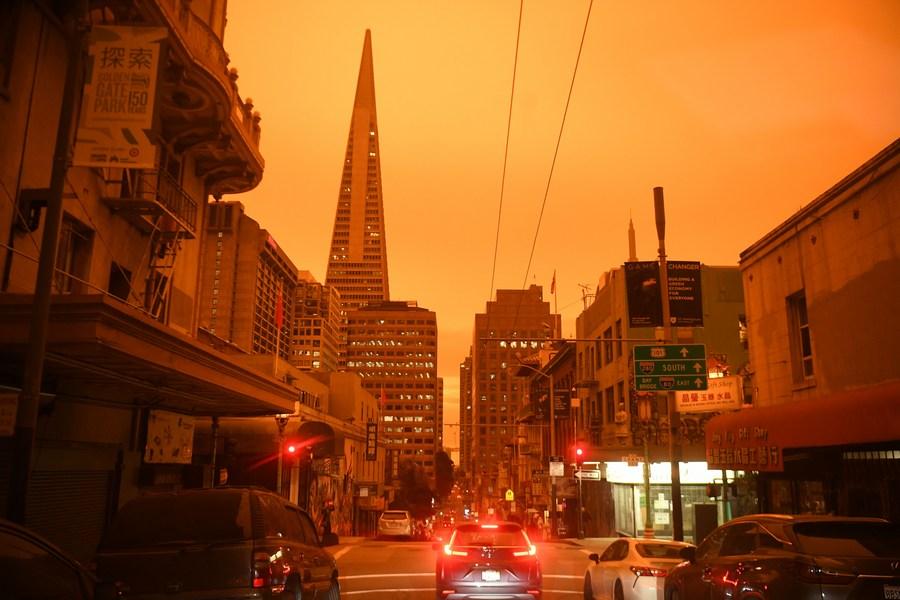 Le plus grand feu de forêt de l'histoire de la Californie s'étend sur plus de 3.000 km2