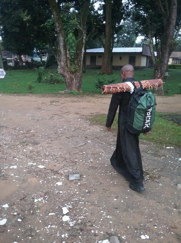Cameroun : un prêtre jésuite stoppé entre Douala et Yaoundé dans sa marche pour la paix