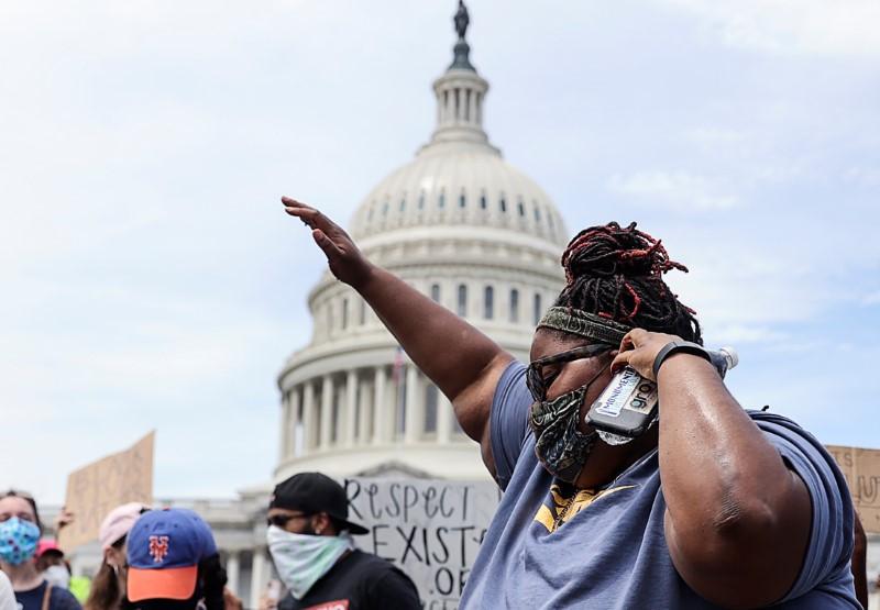 USA/FLOYD: LA JUSTICE DURCIT LES CHARGES CONTRE LES POLICIERS IMPLIQUÉS