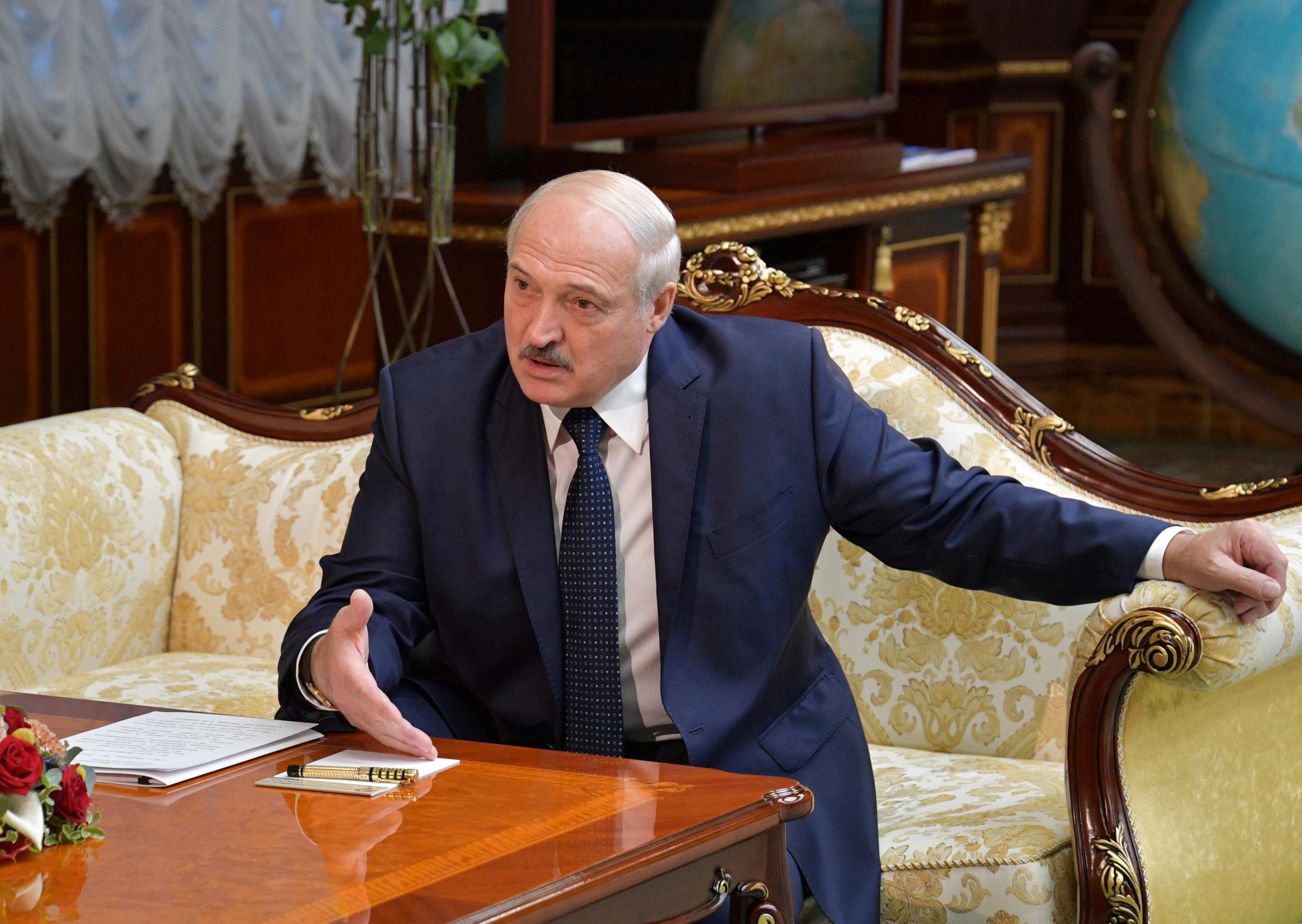 Biélorussie: Loukachenko dit avoir demandé des armes à Poutine