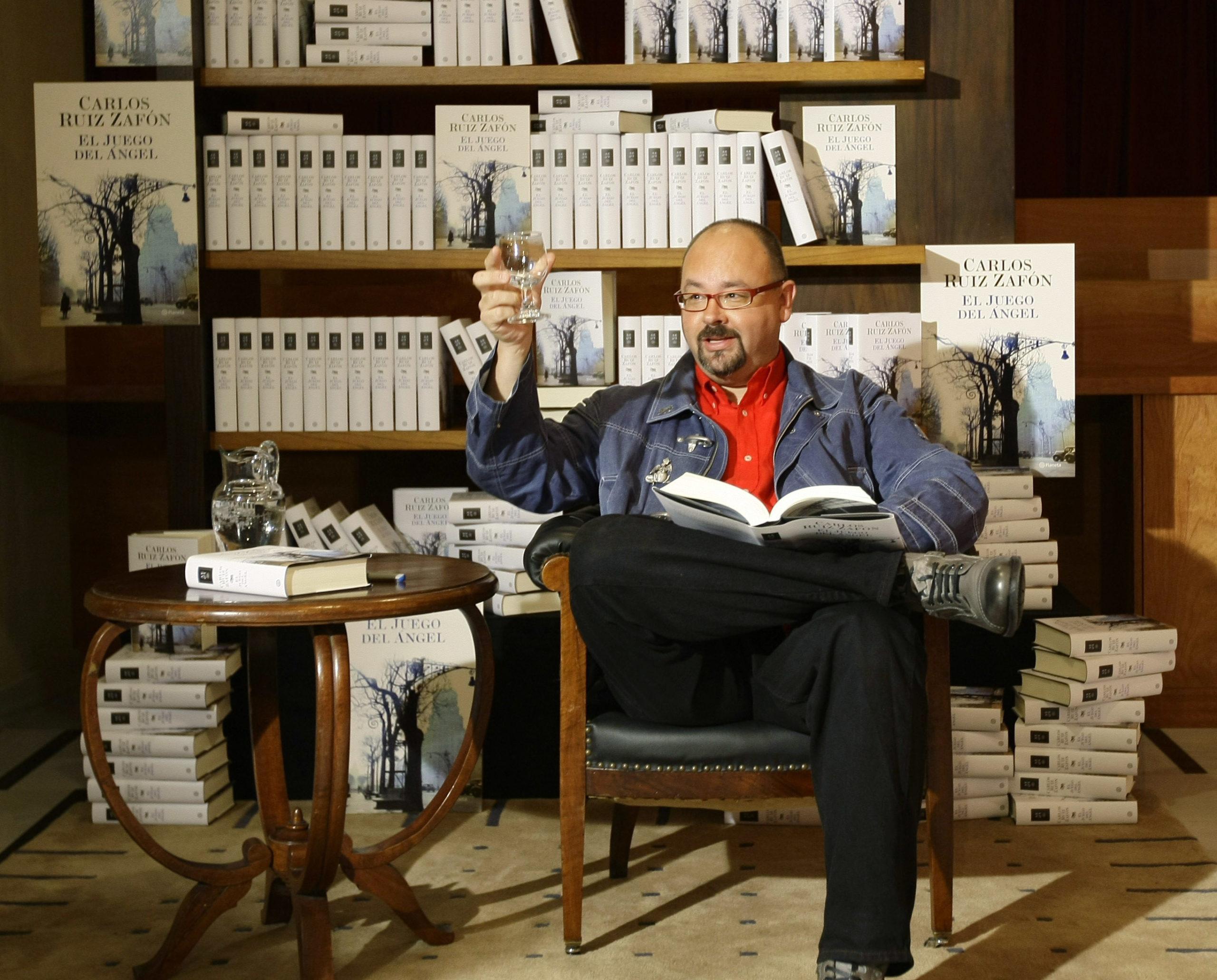 """Carlos Ruiz Zafon, auteur de """"L'Ombre du vent"""", décède à l'âge de 55 ans"""