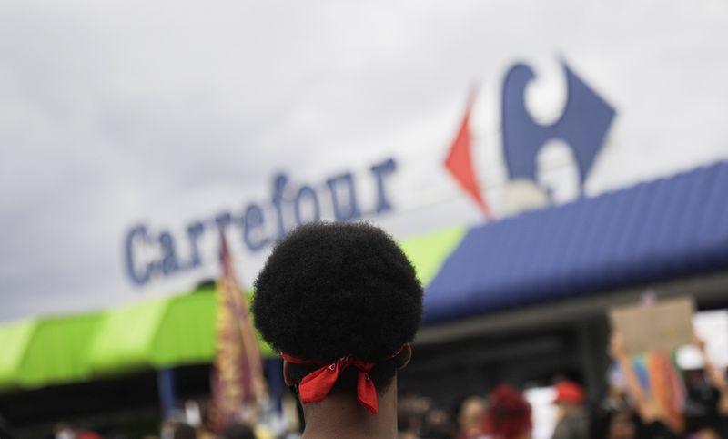 """Carrefour Brasil """"regrette profondément"""" la mort d'un homme dans l'un de ses magasins"""