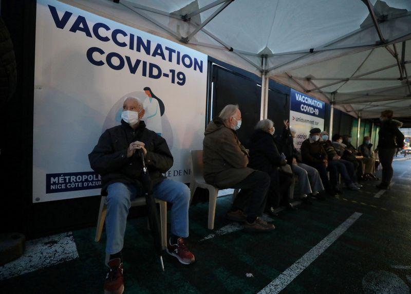 Coronavirus: Macron favorable à un contrôle des laboratoires qui produisent le vaccin