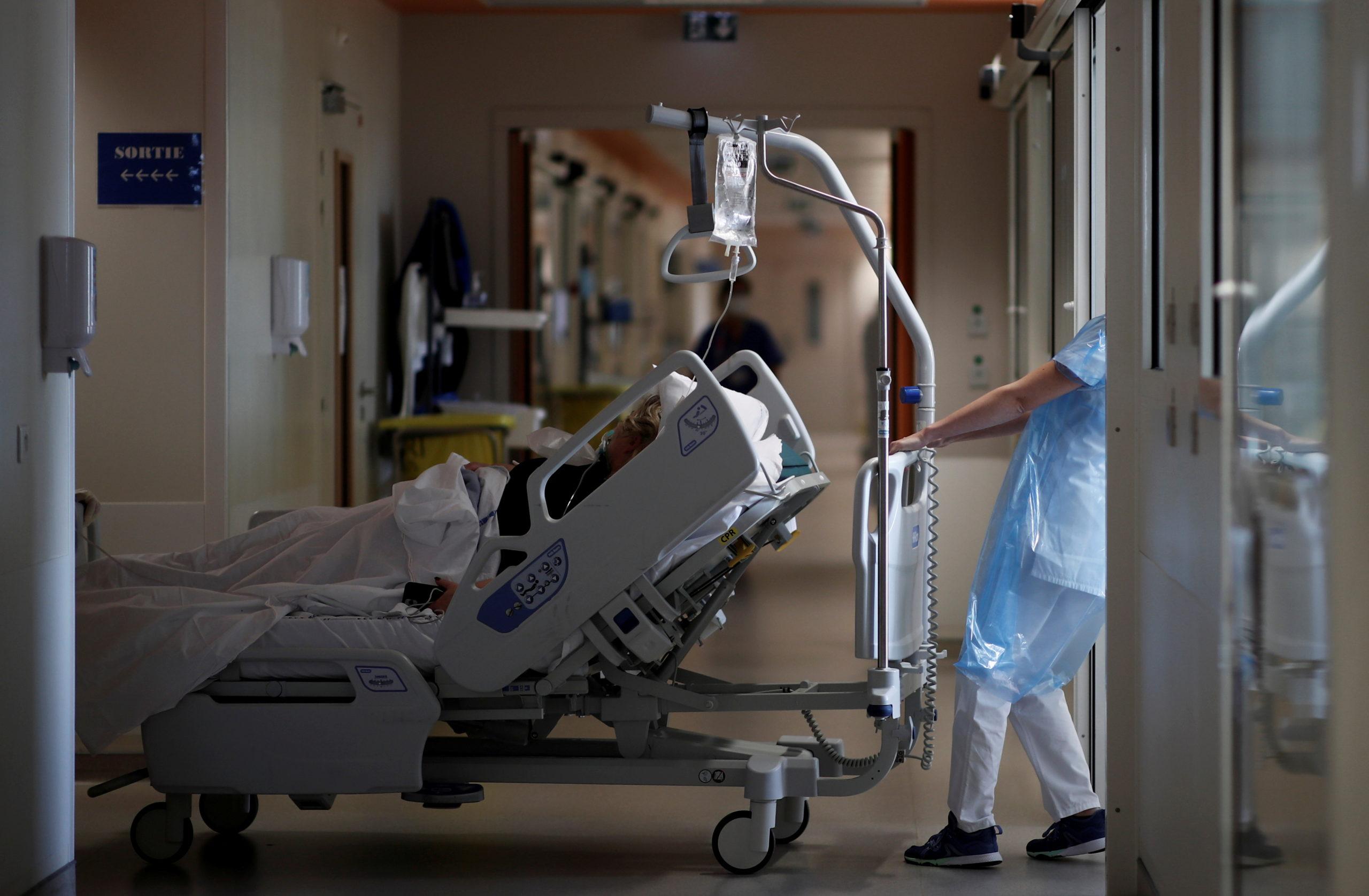 Covid-19: La décrue se poursuit dans les hôpitaux en France