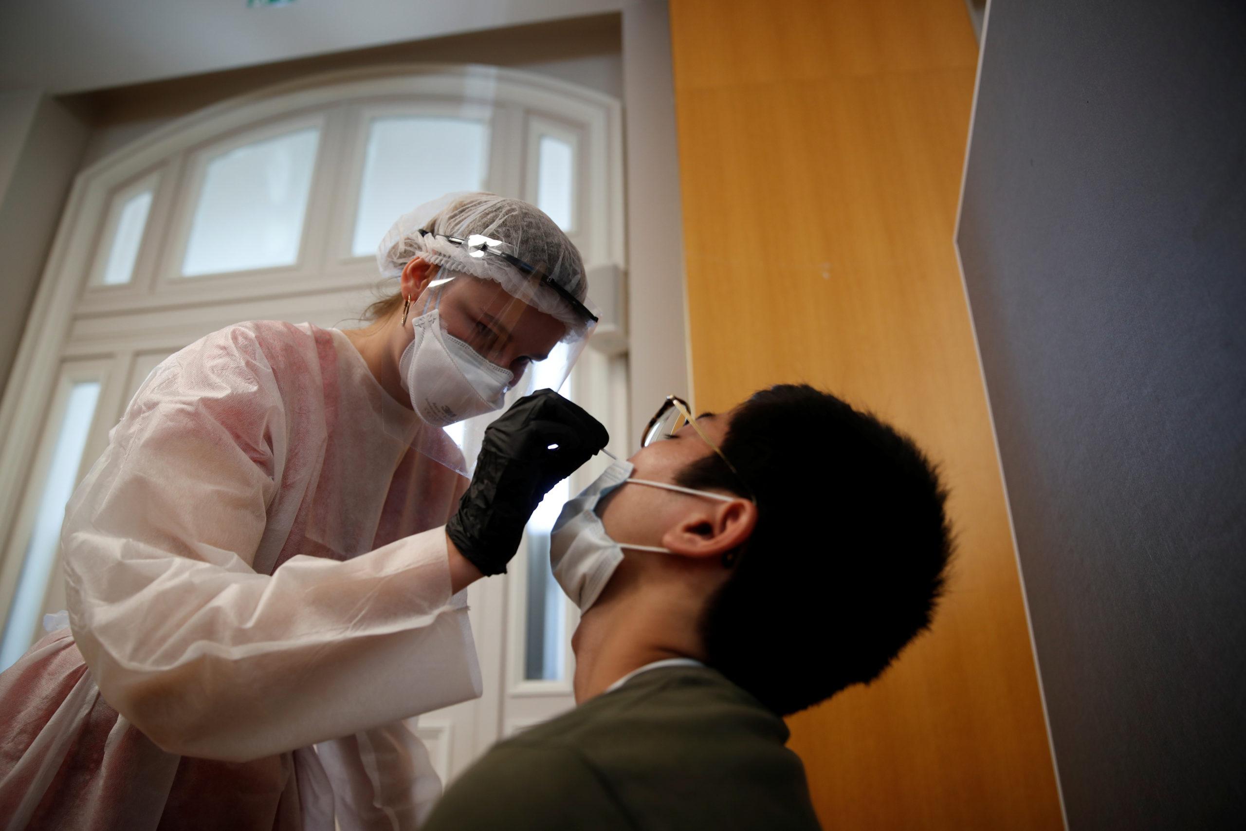 Covid-19: Plus de 8.500 nouveaux cas et 5.000 patients hospitalisés en France