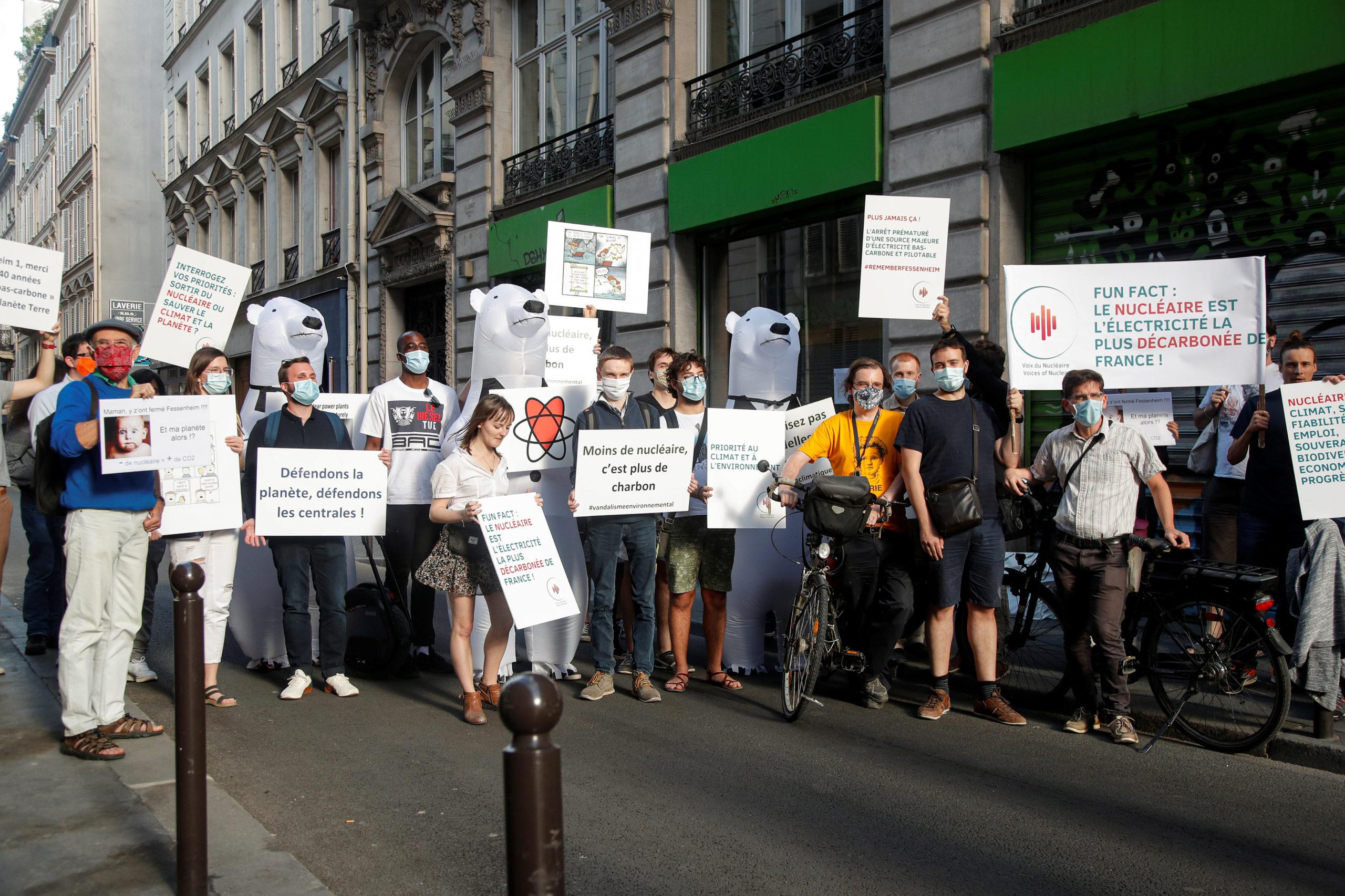 Des pronucléaires manifestent devant le siège parisien de Greenpeace