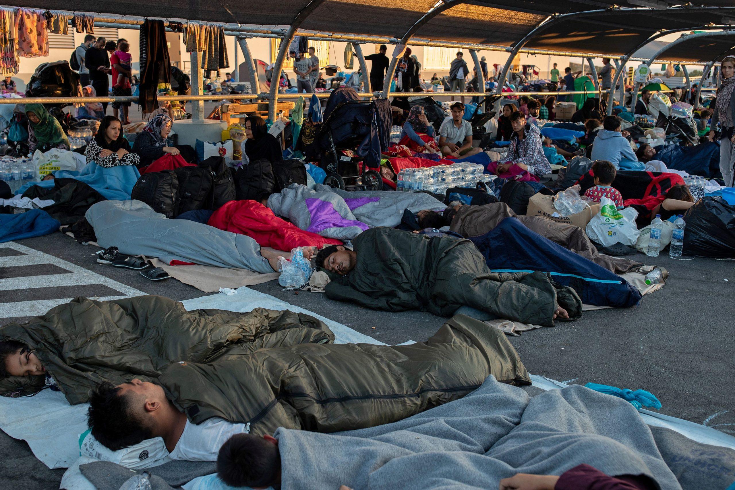 Deuxième nuit sans abri pour des milliers de migrants à Lesbos