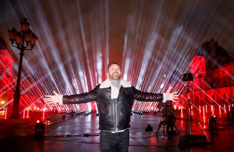 """""""Faites-vous vacciner"""", dit David Guetta en concert au Louvre pour le Nouvel An"""