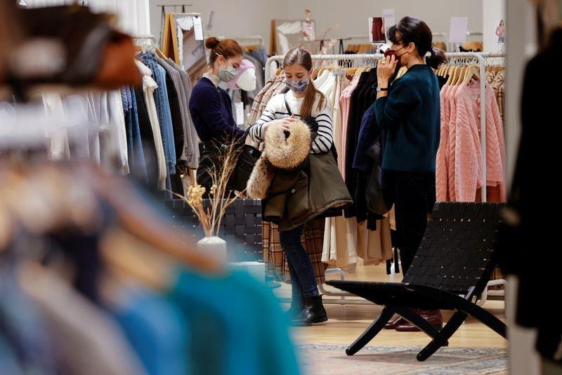 France: Les commerces rouvrent pour tenter de limiter la casse en 2020