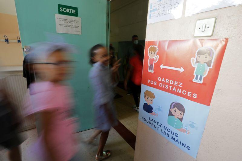 France: Les écoles restent ouvertes, protocole sanitaire renforcé, annonce Castex