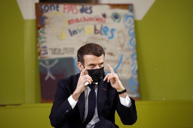 France: Pas de retour à la normale au deuxième semestre, dit Macron aux étudiants