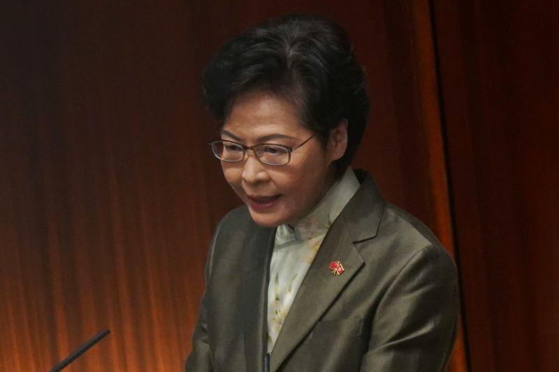 """Hong Kong: Sortir le système politique du """"chaos"""" est la priorité, dit Lam"""