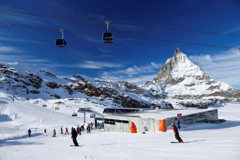 Jean Castex annonce des contrôles aux frontières pour dissuader d'aller skier à l'étranger