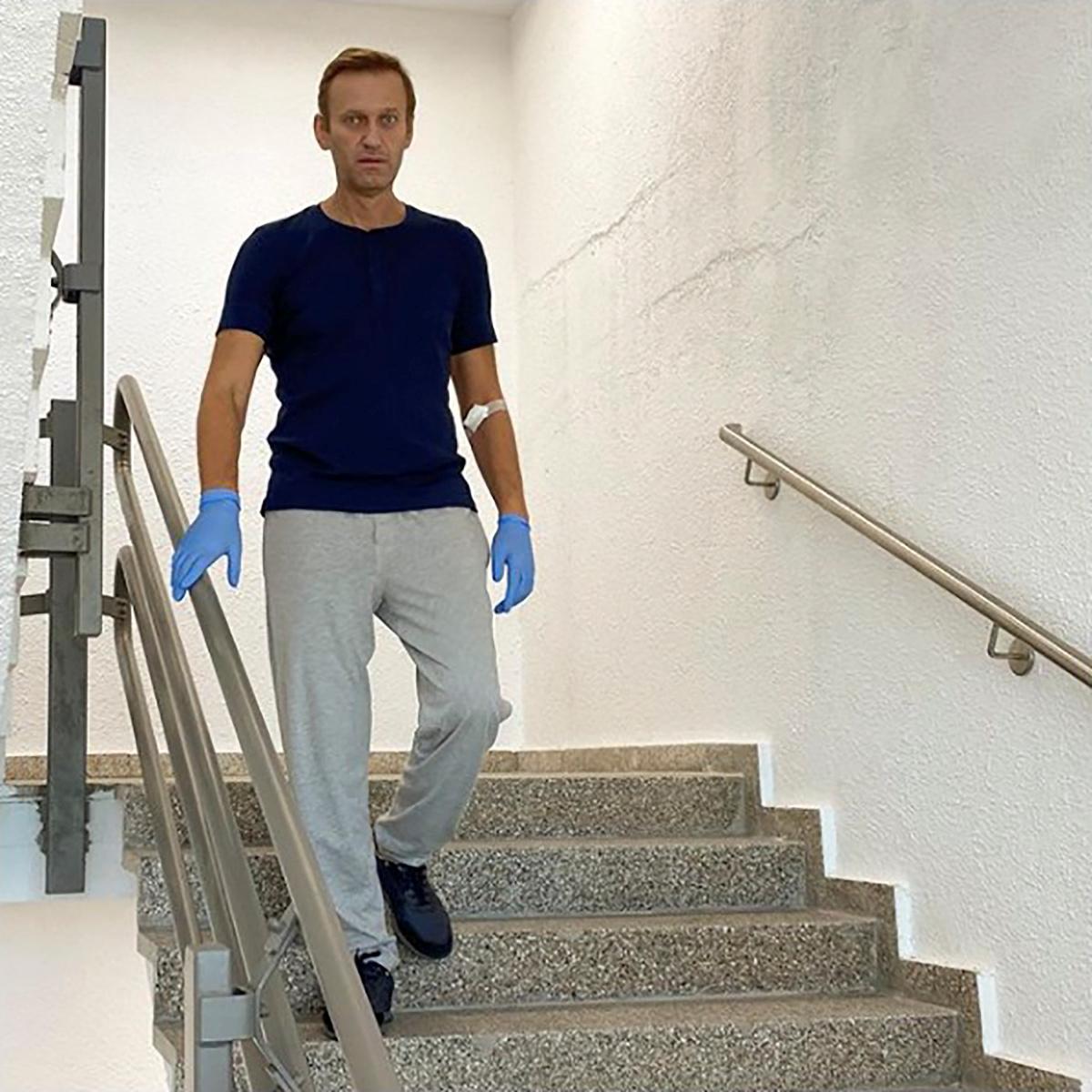 L'opposant russe Alexeï Navalny publie une photo et dit que sa santé s'améliore