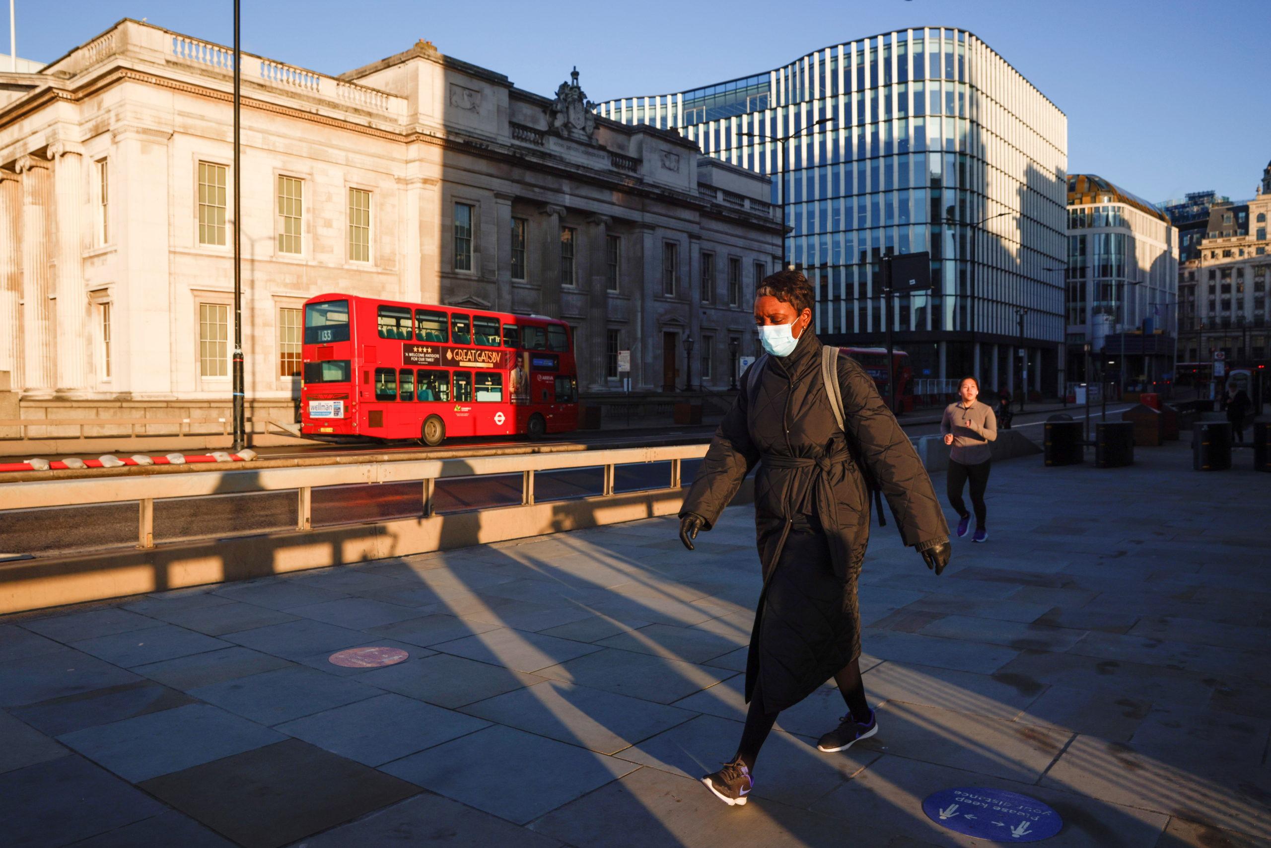 La Grande-Bretagne abaisse son niveau d'alerte au coronavirus