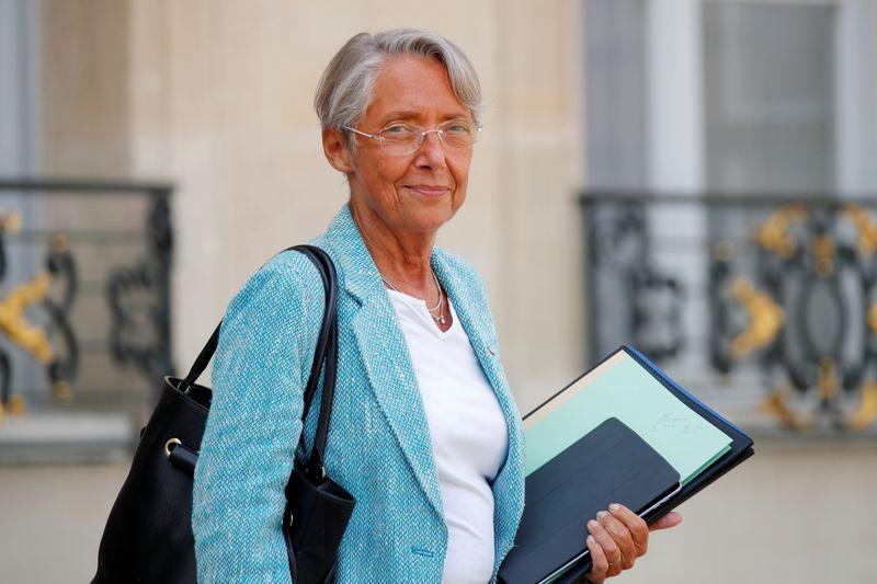 Le Smic sera augmenté de 0,99% au 1er janvier, dit Elisabeth Borne