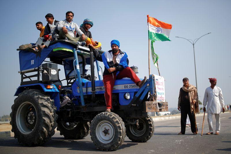 Les fermiers bloquent les routes en Inde pour protester contre une réforme agraire