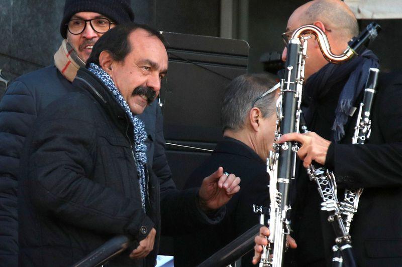 """Martinez appelle """"tous les Français"""" à se mettre en grève"""