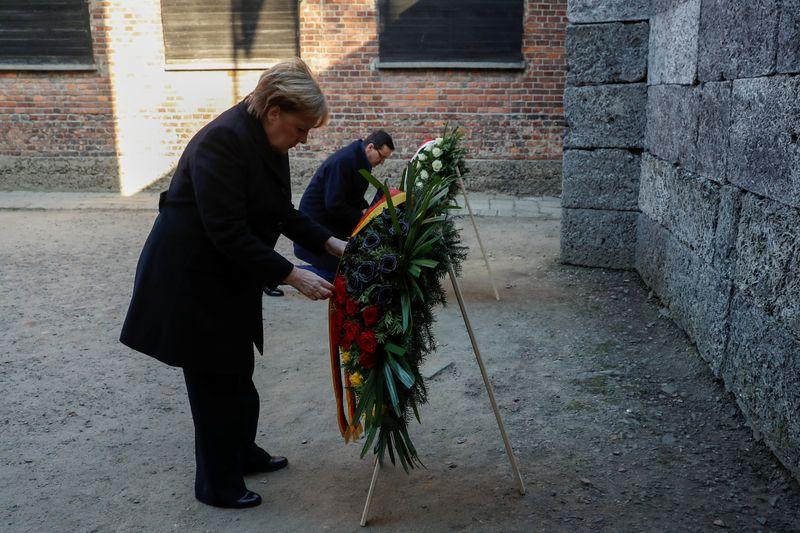 """Auschwitz: """"Je ressens une honte profonde"""", dit Angela Merkel"""