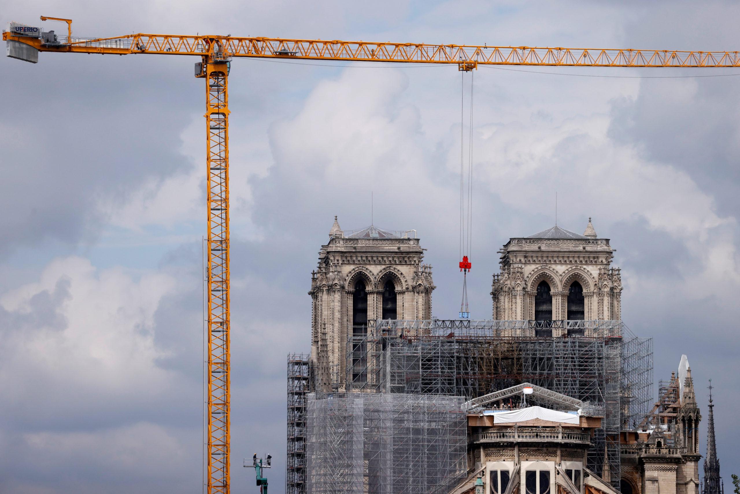 Les ouvriers à l'oeuvre à Notre-Dame de Paris ont entamé lundi la phase de découpage de l'échafaudage détruit par l'incendie, une étape aussi délicate que décisive pour le sauvetage de la cathédrale. /Photo prise le 8 juin 2020/REUTERS/Christian Hartmann