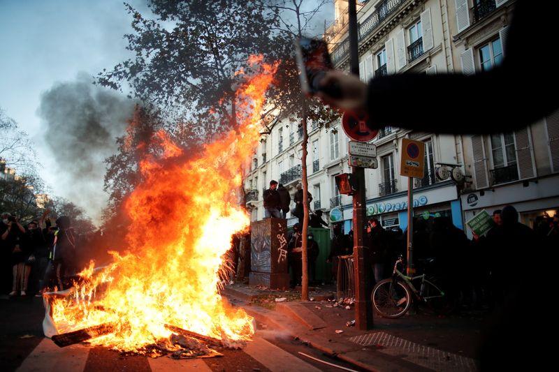 Paris/Manifestation: La police tire des gaz lacrymogènes