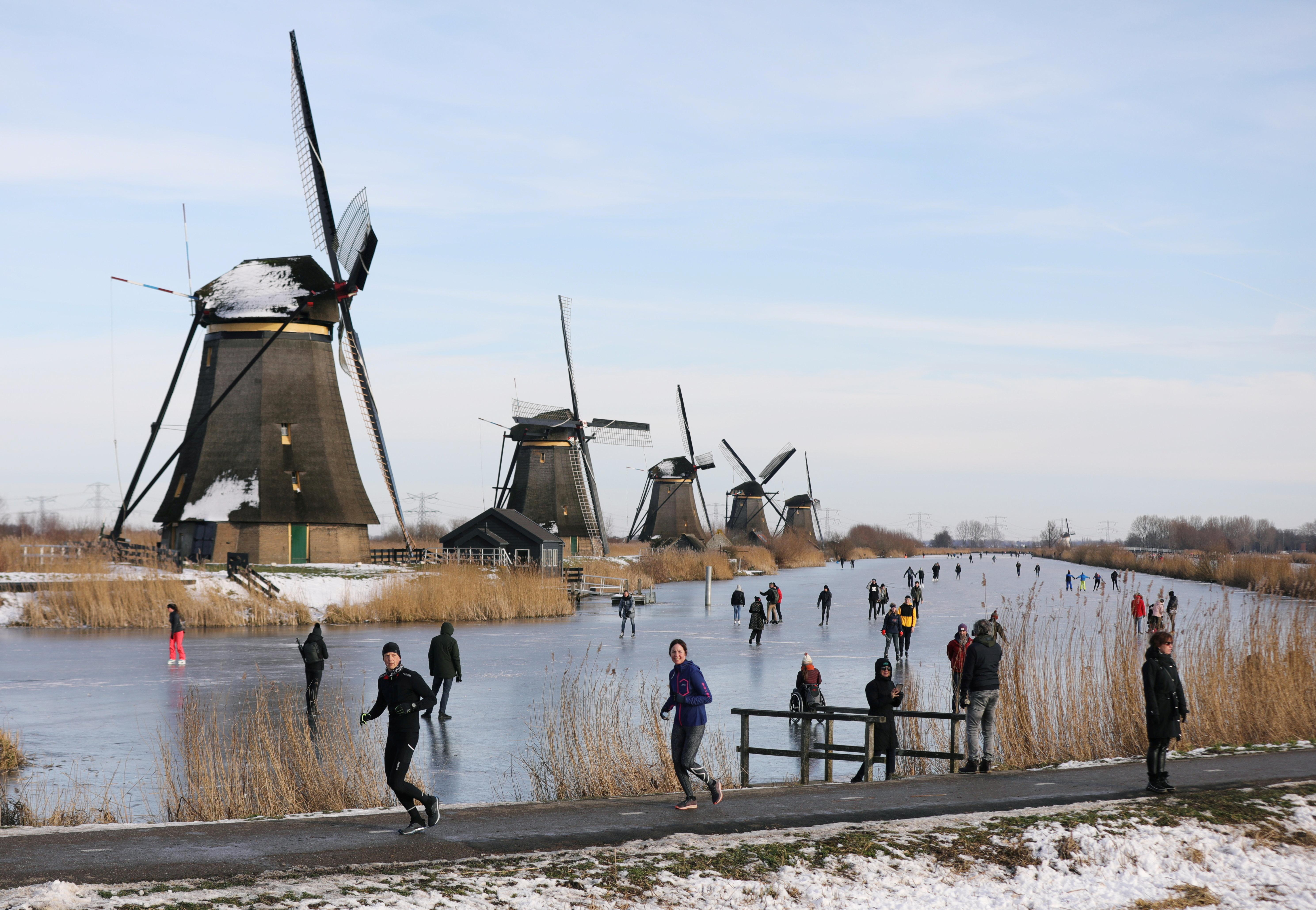 Pays-Bas: La justice demande la levée du couvre-feu