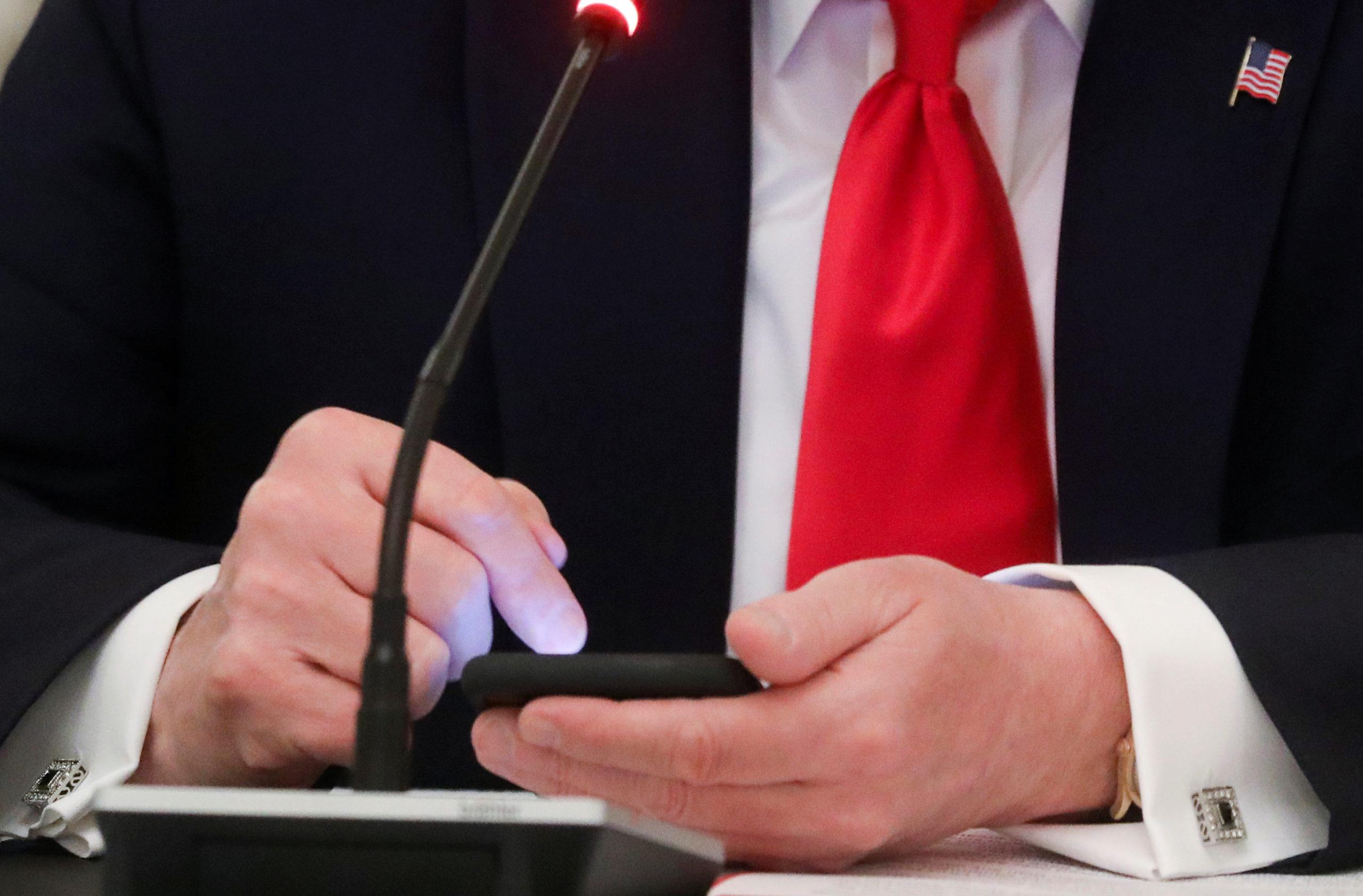 """Twitter accole la mention """"contenu manipulé"""" à une vidéo de Trump"""