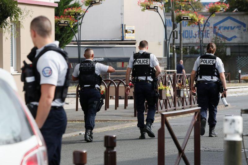 Un mort et des blessés dans l'attaque au couteau près de Paris, dit le maire