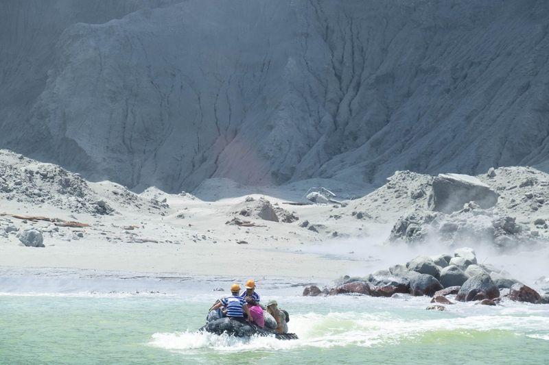 Un volcan entre en éruption en Nouvelle-Zélande, au moins 5 morts