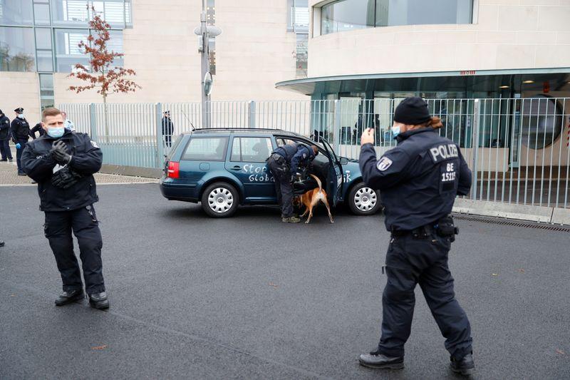 Une voiture percute la grille d'entrée de la chancellerie allemande à Berlin